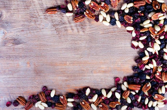Trockenfrüchte, Nüsse Rahmen auf rustikalem Holzhintergrund