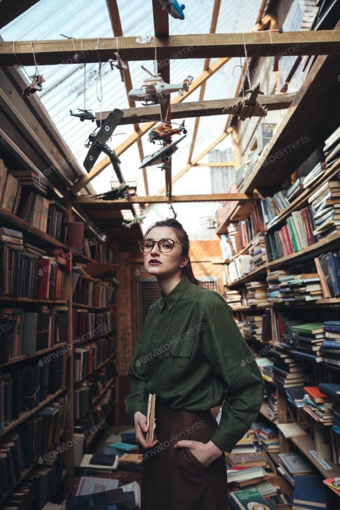 Porträt der Frau mit Buch suchen Kamera