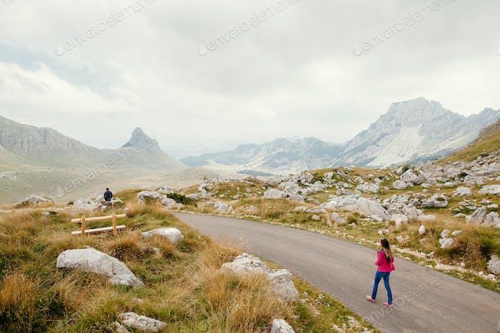 Mann und Frau reisen und entspannen in den Bergen