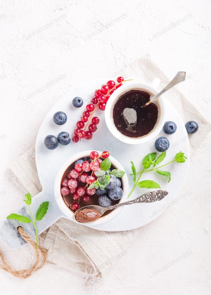 Schokoladen-Dessert mit Beeren