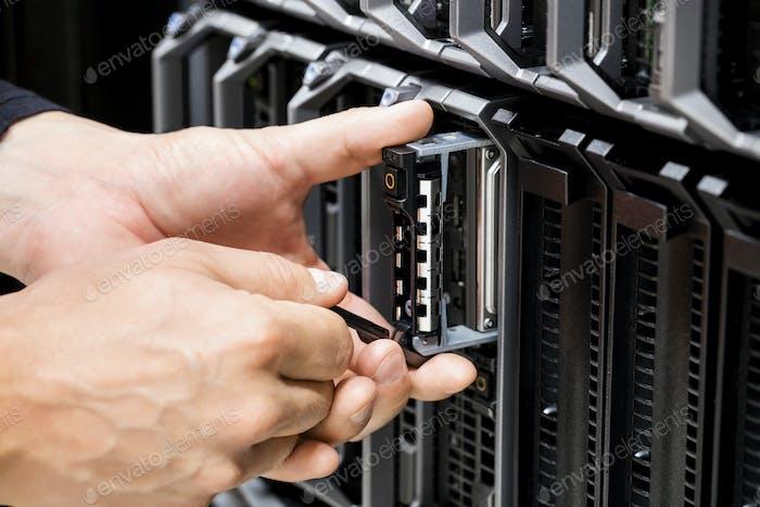 IT-Techniker arbeiten am Server im Rechenzentrum