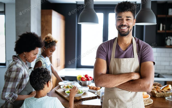 Glückliche Familie in der Küche Spaß und Kochen zusammen. Gesunde Ernährung zu Hause