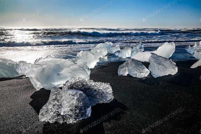 Rocher de glace avec plage de sable noir à la plage de Jokulsarlon. Diamond beach en Islande