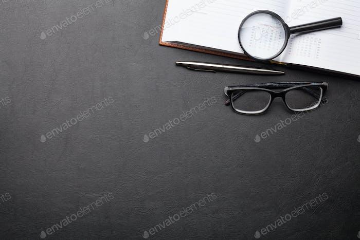 Mesa de escritorio de oficina con suministros y gafas