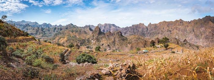 Herrlicher Panoramablick auf die Felder des intensiven Terrassenanbaus umgeben von den riesigen kargen