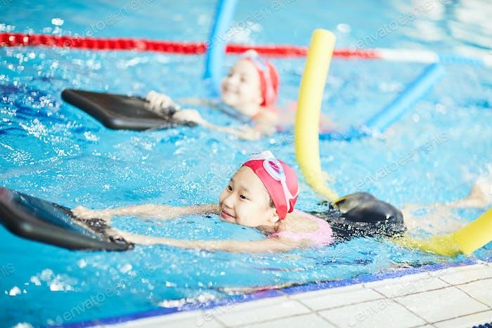 Mit Geräten schwimmen