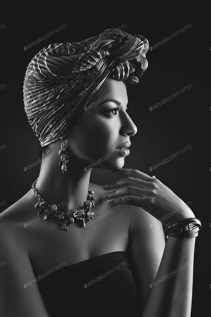 schöne mulatto junge Frau mit Turban auf dem Kopf