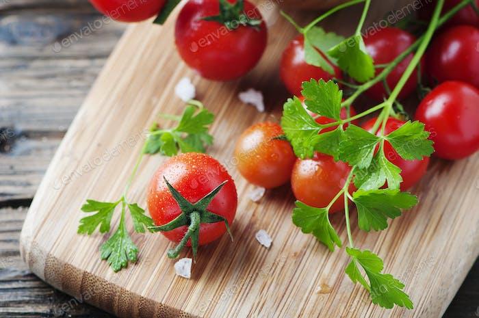 Frische rote Tomate mit grüner Petersilie