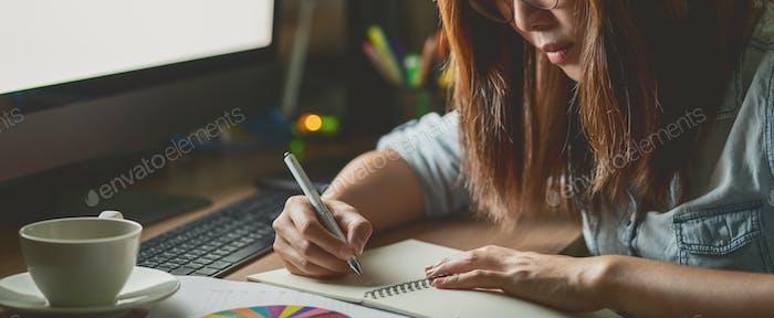 Banner, página web o Plantilla de portada de asiática empresaria sentado y trabajando duro