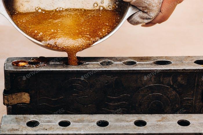 Zucker-Lutscher zu Hause machen.Ein Vorgeschmack auf unsere Kindheit.Cool Lutscher auf einem Stick.Zuckerkaramell