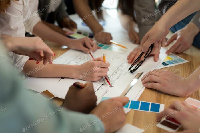 Équipe d'architectes travaillant sur les plans de construction