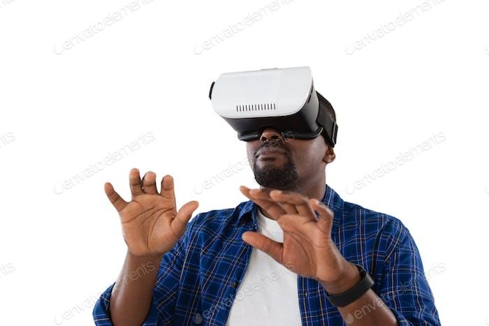 Mann Gesten während der Verwendung von Virtual Reality Headset