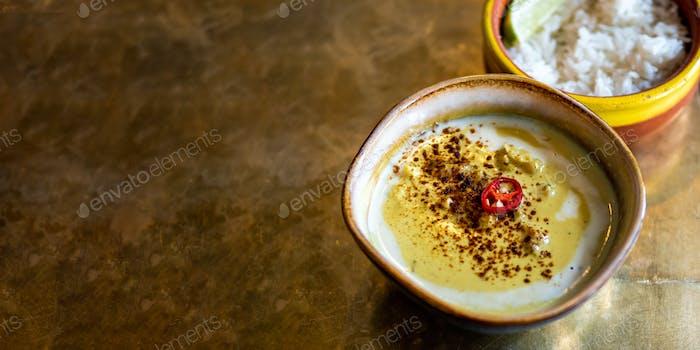 Gelbes Curry mit Blumenkohl und Kichererbsen