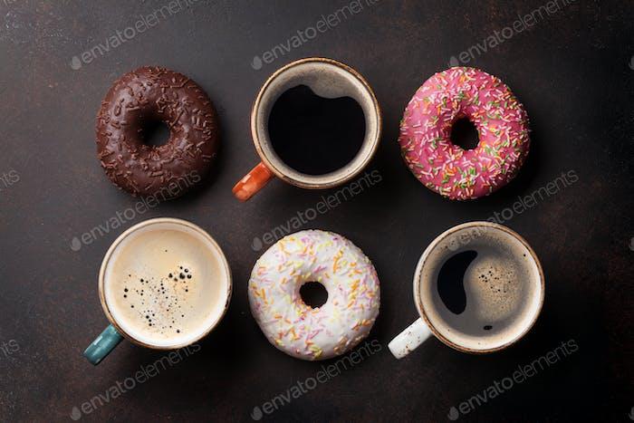 Tazas de café y rosquillas coloridas