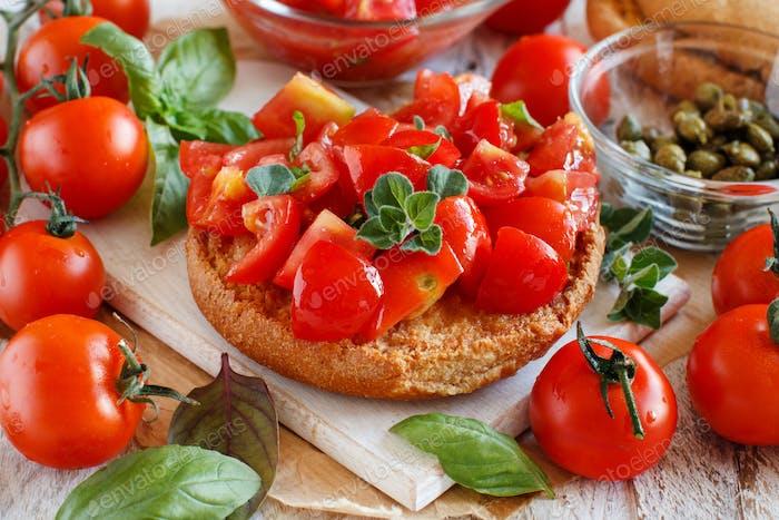 Frisella gewürzt mit Tomaten und Kräutern