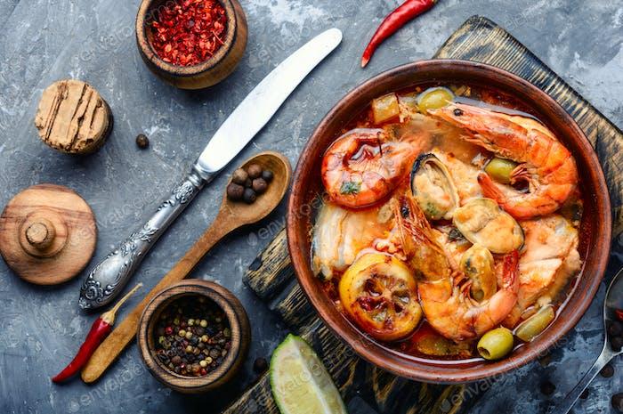 Würzige Suppe mit Meeresfrüchten