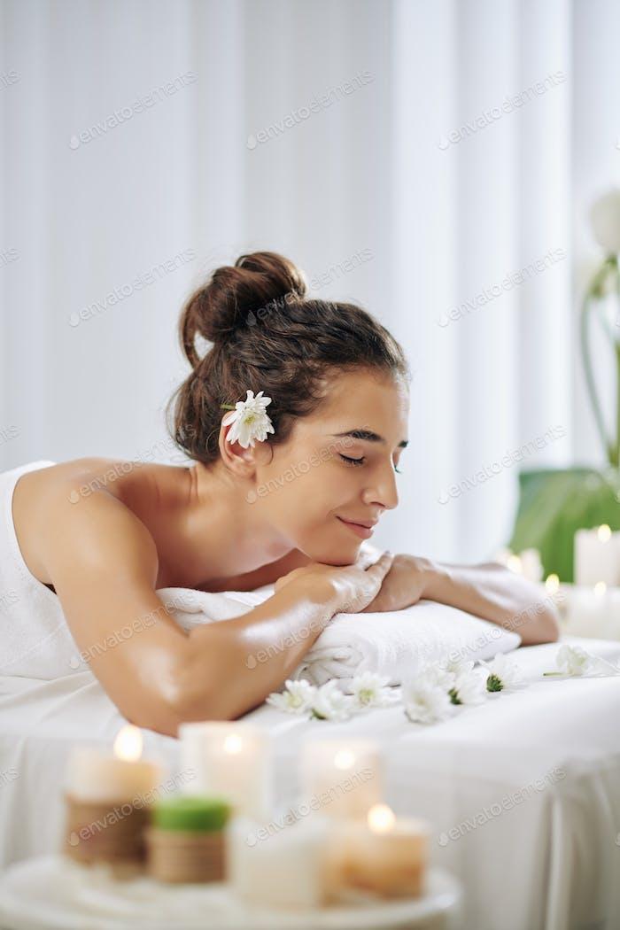 Frau genießen Aromatherapie