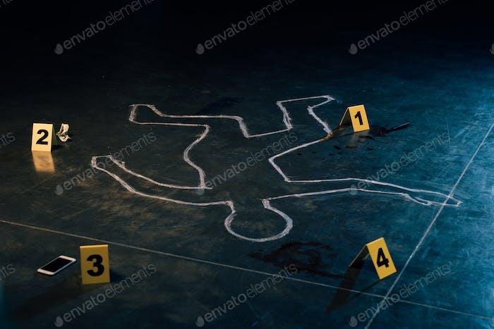 Kreideumrisse und Beweismarker am Tatort
