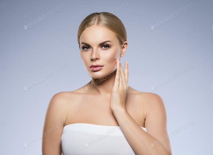 Портрет рук женщина портрет с идеальными волосами и макияж блондинка