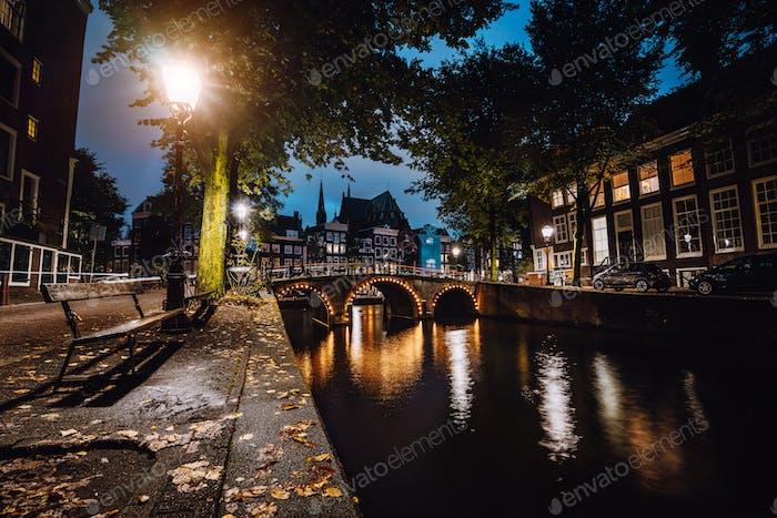Ruhige Szene von Amsterdam, Herbst Stadtbild der schönen Brücke über Kanal. die Niederlande. Lang