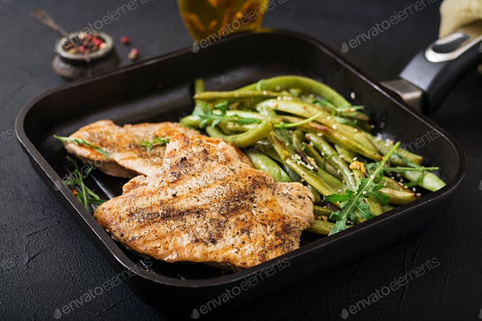 Truthahn- Hähnchenfilet gekocht auf einem Grill und Garnierung von grünen Bohnen.