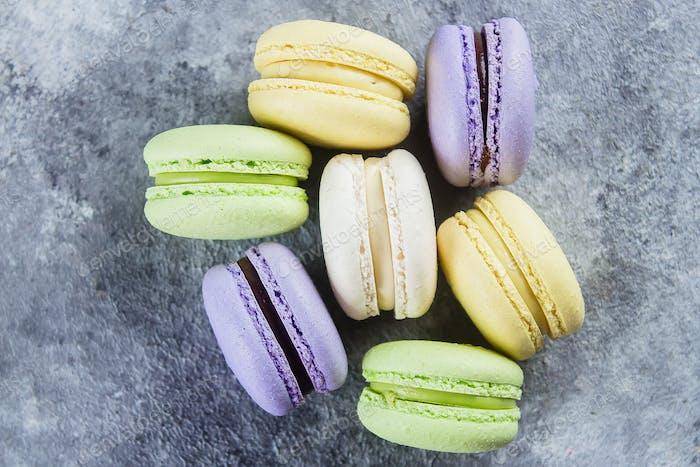 Kuchen Macaron oder Makronen auf grauem Hintergrund von oben. Pastellfarben Mandelkekse