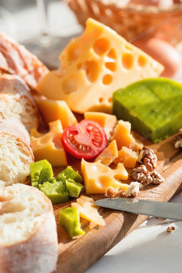 La baguette y el queso sobre Fondo de De madera