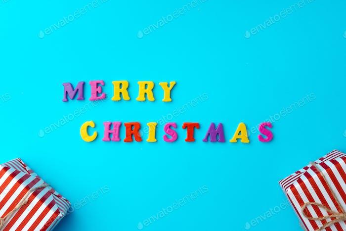 Palabras Feliz Navidad en fondo azul vista superior