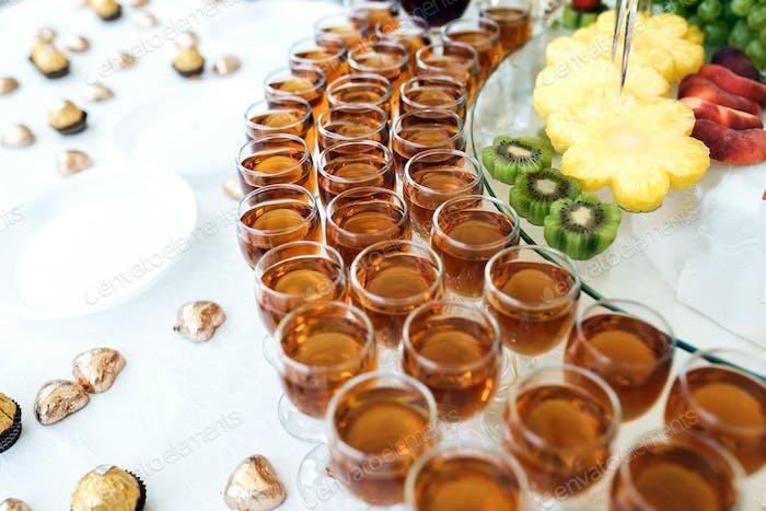 Reichhaltiges Buffet, Whisky, Bourbon, Champagner, Wein und Obst.