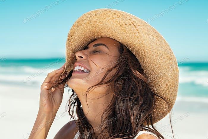 sorglos Mädchen haben Spaß bei Strand