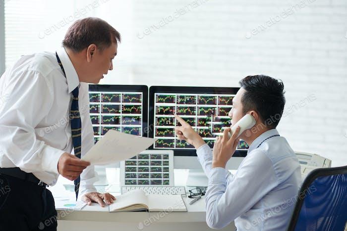 Discutir la información del mercado