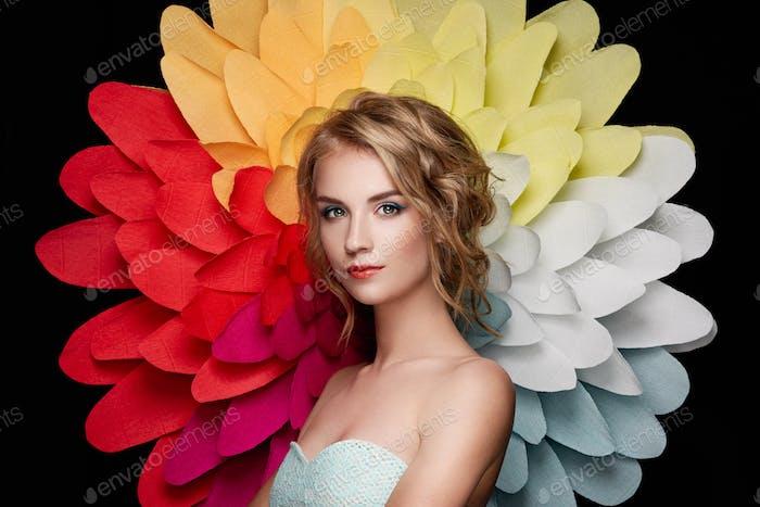 Schöne Frau auf dem Hintergrund einer großen Blume