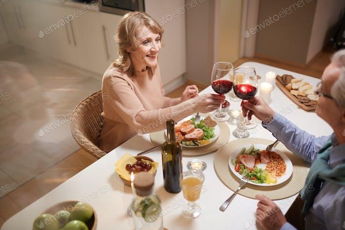 Paar feiert das Jubiläum