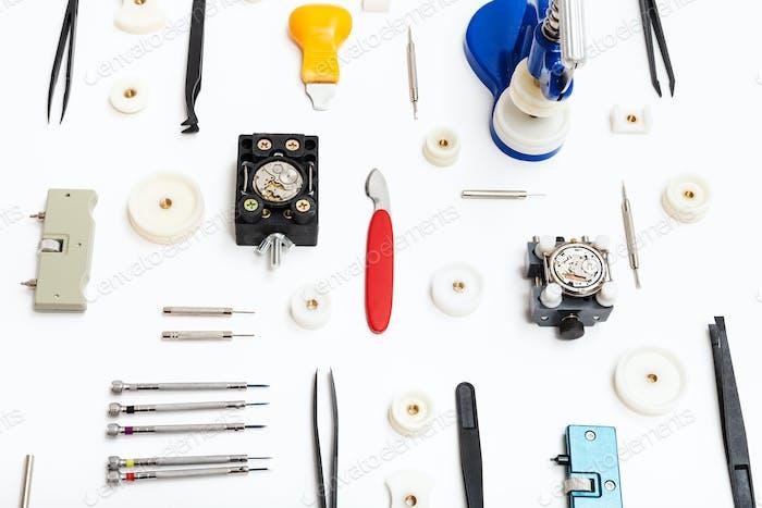 Collage von verschiedenen Werkzeugen für die Reparatur von Uhren