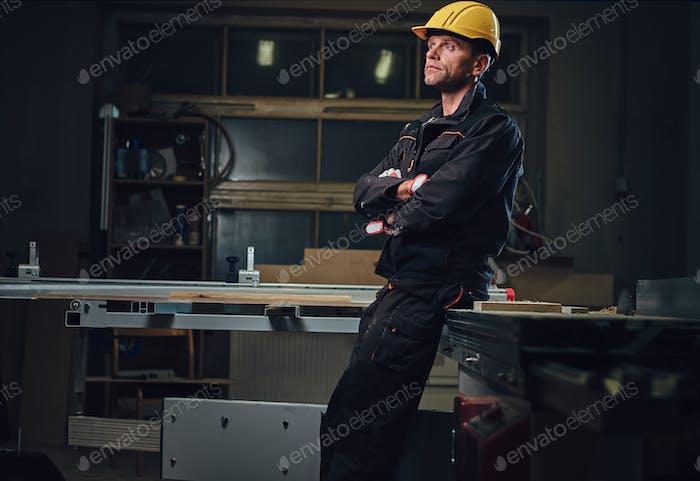 Плотник мужчина в мастерской.