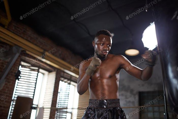 Boxer lucha con saco de boxeo