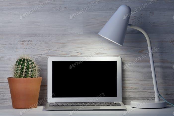 Lugar de trabajo de oficina en Página de inicio con Ordenador portátil de Completa en blanco