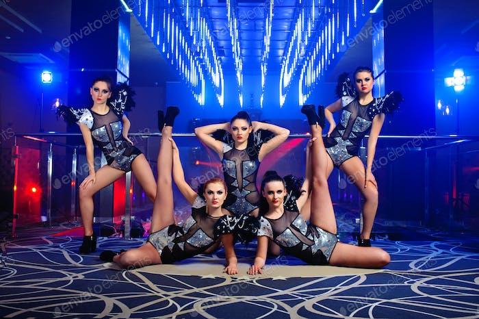 hermosa sexy go-go bailarina las niñas posando en el club nocturno