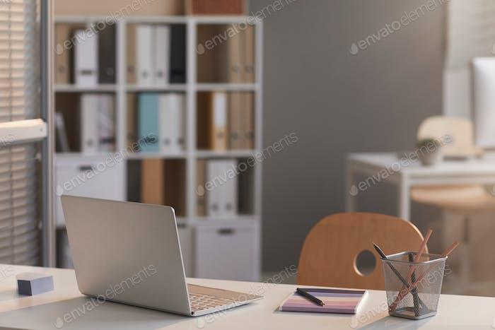 Portátil en el escritorio