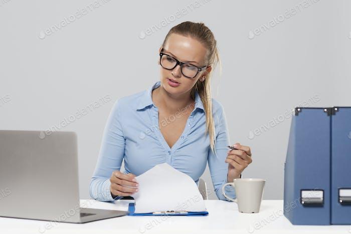 Mujer de negocios ocupada durante el trabajo de oficina