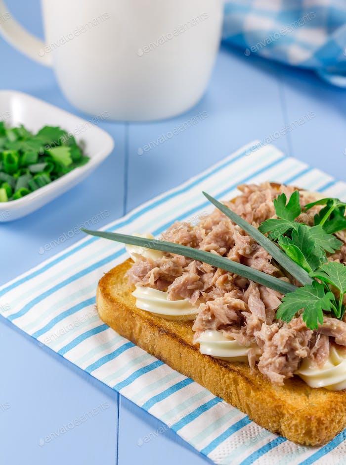 Thunfisch-Sandwich auf geröstetem Brot
