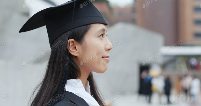 Junge asiatische Frau Abschluss auf dem Universitätscampus