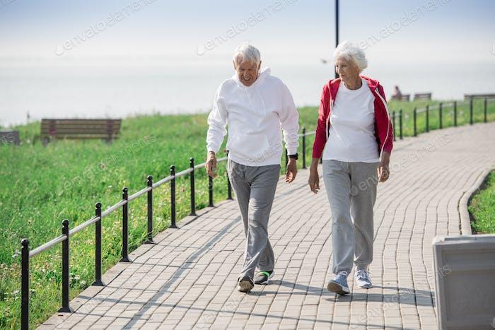 Aktive Senior Paar Wandern im Freien