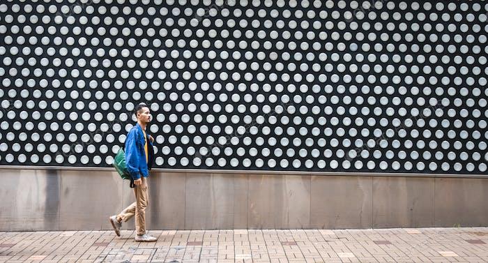 Spaziergang über einen Fußgängerübergang, zu Fuß durch große Straßen der Stadt konzeptionell