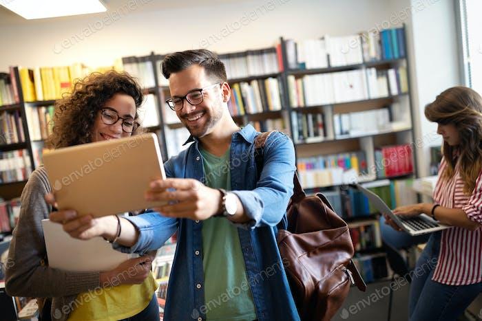 Junge Studenten, die gemeinsam studieren. Gruppe von multirassischen Freunden im College