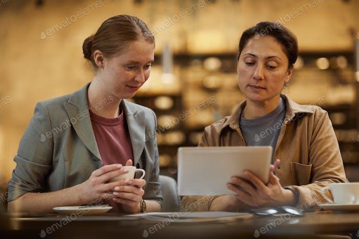 Geschäftsfrauen mit digitalem Tablet