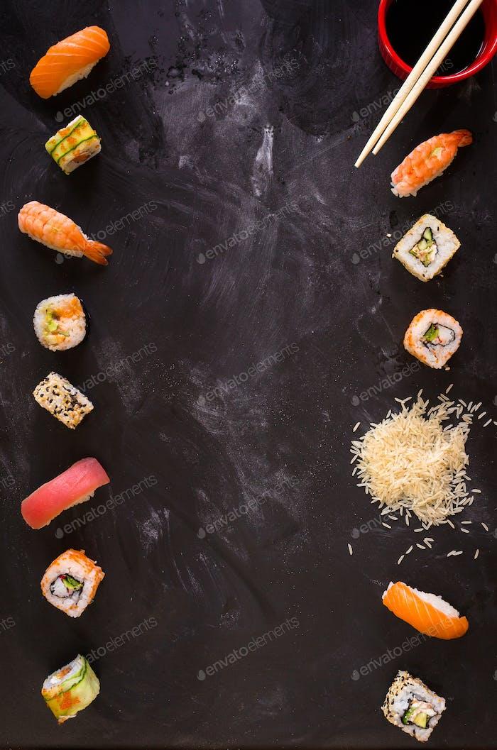 Sushi auf dunklem Hintergrund. Minimalismus