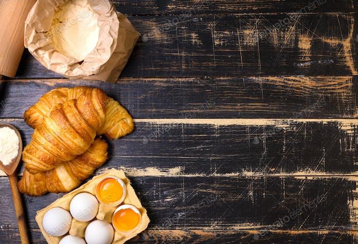 Croissants, Mehl, Eier, Löffel Hintergrund
