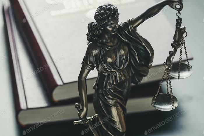 Statue der Figur der Gerechtigkeit hält Waage