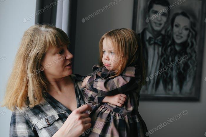 Großmutter mit Ihr Niedlich Enkelin